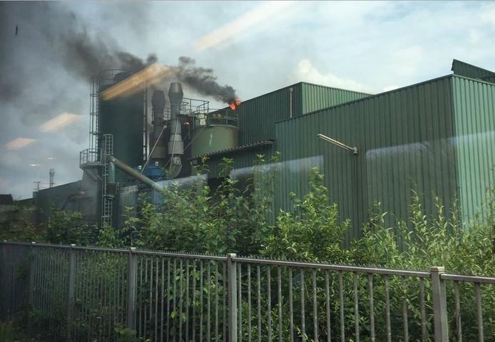 De vlammen staan uit het dak bij de brand in ijzergieterij Lovink Terborg.