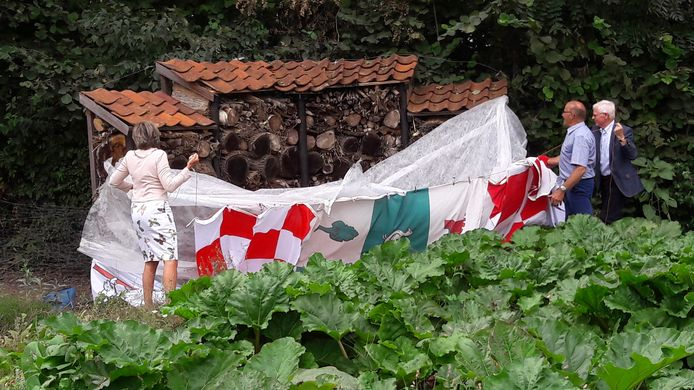 Bij de Vlindertuin hoort ook een insectenhotel. Het was ingepakt in de vlaggen van Brabant, Halderberge, Surplus en Amarant. Tweede van rechts zorgboer Cees Antens.