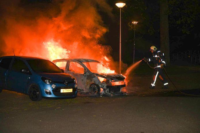 De brandweer blust een autobrand aan de Pijnboomweg.