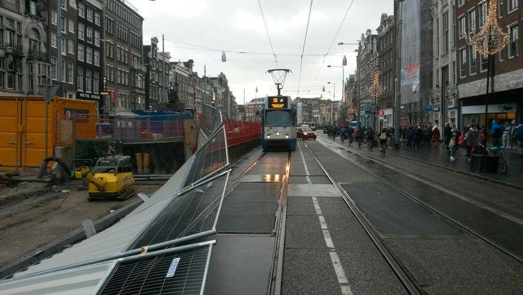 Bij een storm in oktober vielen 70 hekken op de trambaan bij het Rokin Beeld Priscilla Tienkamp