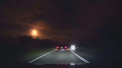 VIDEO. Vuurbal verlicht avondhemel boven Australië