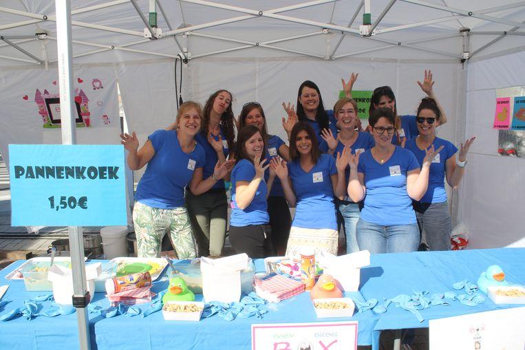 Het Baby Biebel Box Team verkoopt pannenkoeken op de Huldenbergse Feesten