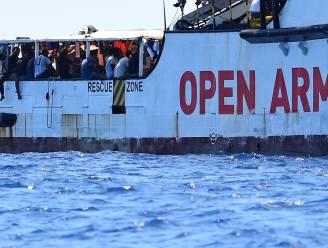 """Situatie aan boord van Open Arms voor Lampedusa """"onhoudbaar"""", Salvini laat 27 minderjarigen binnen"""