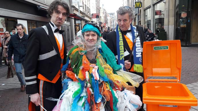 Clarien van Harten met de afvalbutlers tijdens de Plastic Soep Parade door het stadshart  van Arnhem