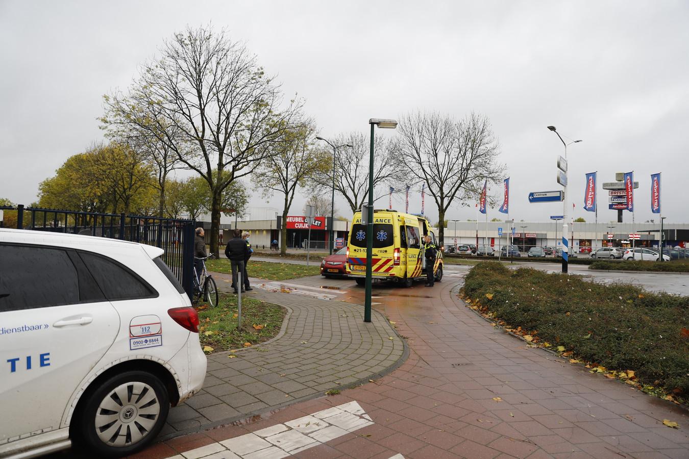 Een man op een fiets is vrijdagochtend gewond geraakt na een botsing met een auto in Cuijk
