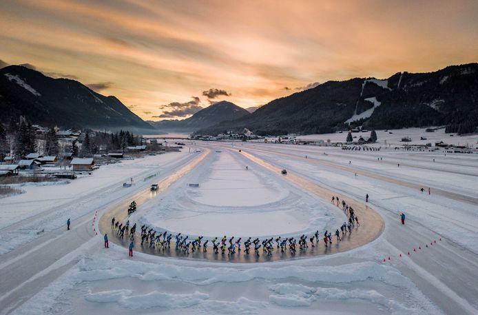 Peloton vlak na de start van de alternatieve Elfstedentocht op de Oostenrijkse Weissensee in 2019