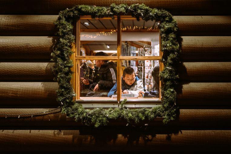 Fins jongetje schrijft een brief naar de kerstman.    Beeld Rebecca Fertinel