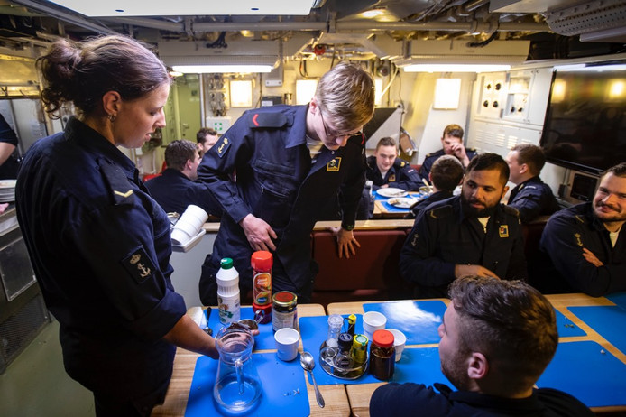 Vanwege de positieve ervaringen laat de marine per direct vrouwen toe als bemanningslid bij de Onderzeedienst.
