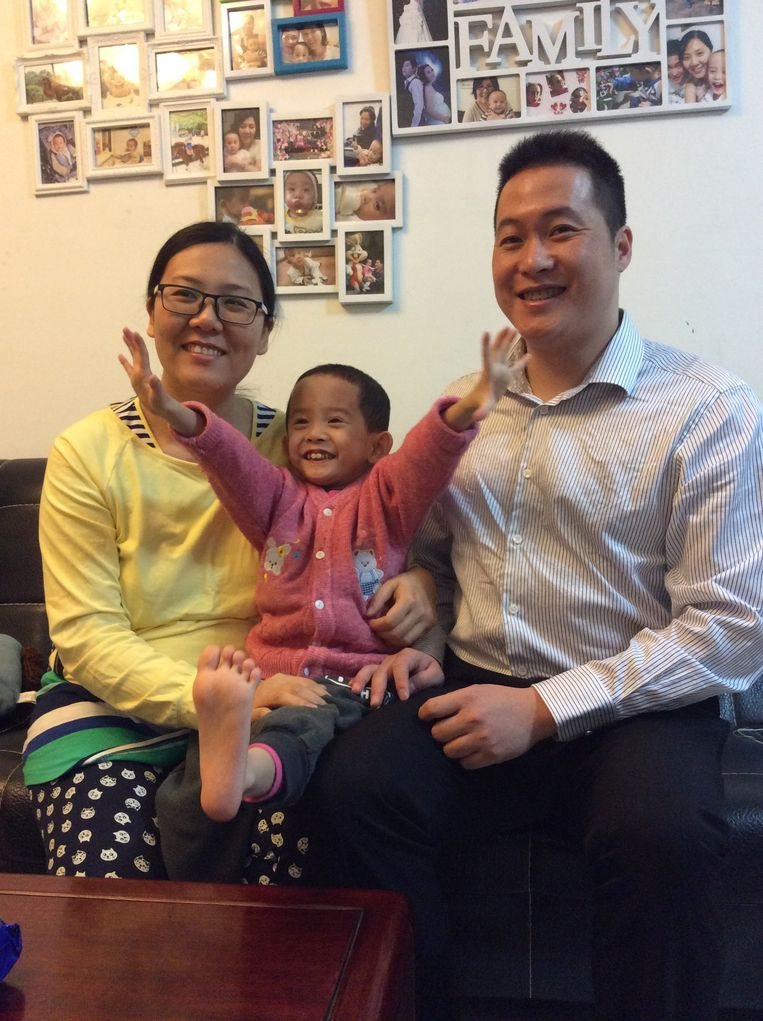 De zwangere Tan Xingli met zoon Jingyang en man Tan Junjie. Beeld Marije Vlaskamp