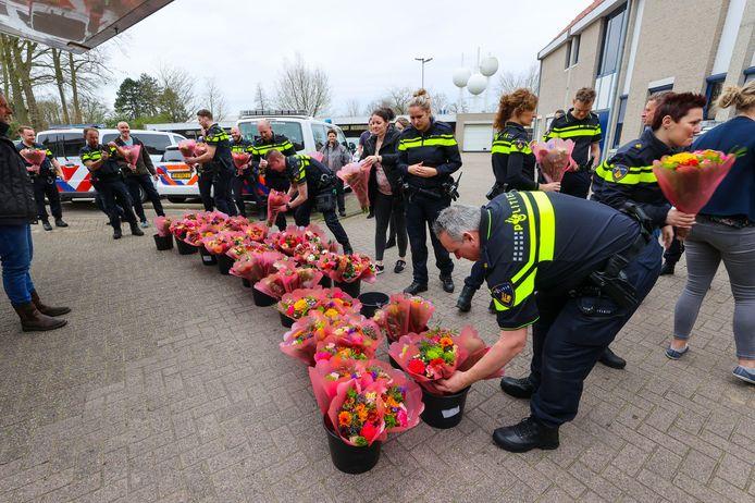 Bloemen voor politie Eindhoven