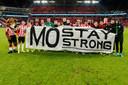 PSV met het spandoek voor Mohamed Ihattaren, wiens vader gisteren overleed. ,,We deden het ook voor hem. Dat Steven Bergwijn de 1-0 opdroeg aan Mo voor de camera, dan zie je hoe hecht deze ploeg is'', zei trainer Mark van Bommel erover.