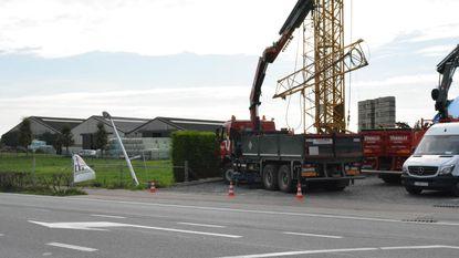 Truck rijdt tegen kraanarm boven straat: arbeider 10 meter weggeslingerd