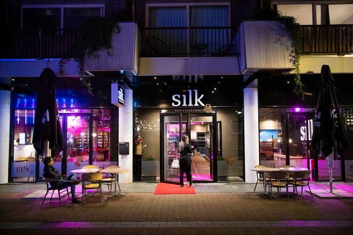 Silk Apeldoorn werd vanavond als eerste restaurant in de regio op last van de VNOG ontruimd omdat er veel te veel mensen binnen waren.