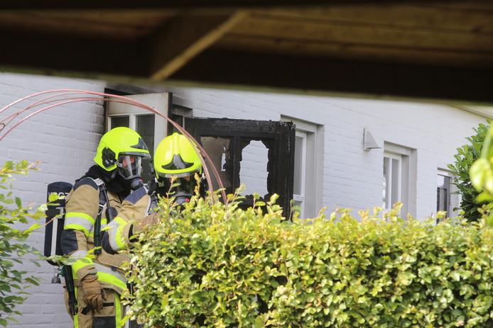 Brandweer bij de woning in Velddriel.