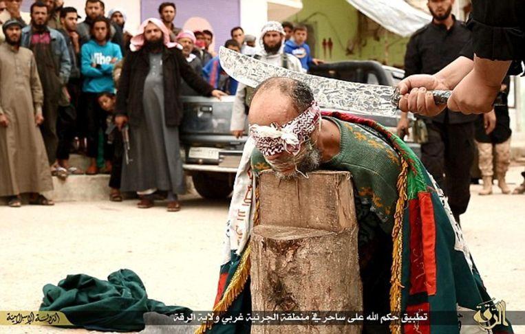 Op sociale media verschenen eerder deze week ook foto's van twee geblinddoekte mannen die door IS met machetes worden onthoofd in het Syrische dorp Jarnyah. De twee werden naar verluidt geëxecuteerd nadat ze van hekserij waren beschuldigd.