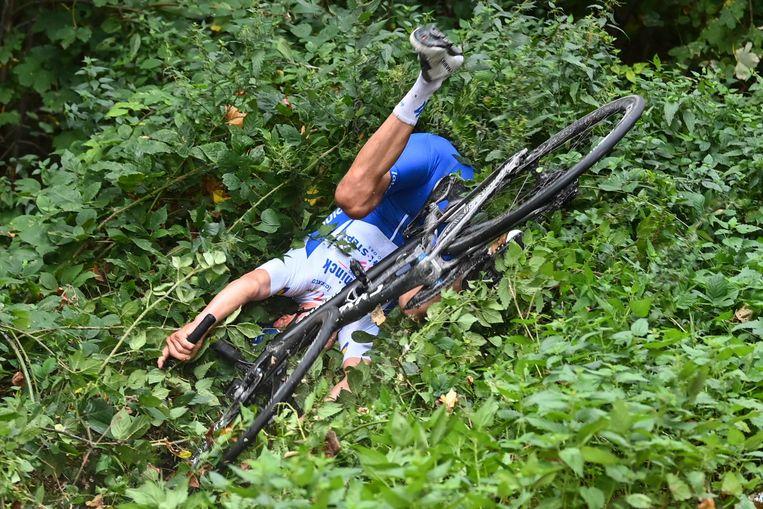 De Belg Mauri Vansevenant bleef lang op kop in de Waalse Pijl maar reed 4 kilometer voor de finish in het struikgewas.  Beeld Photo News