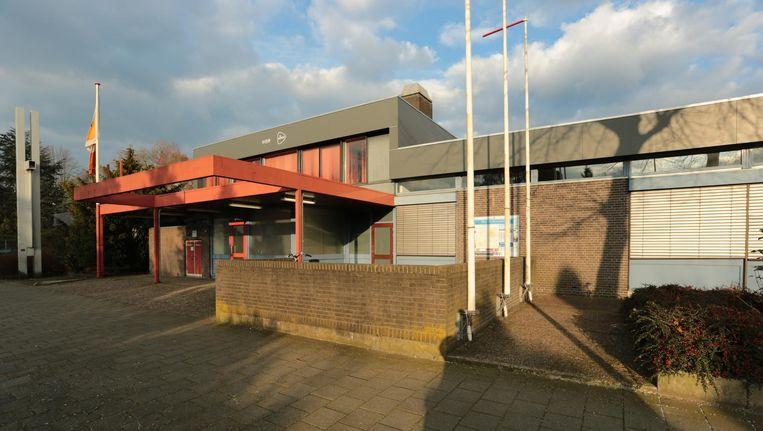 Het voormalige postkantoor in Raalte, met links de sculptuur van kunstenaar Willem Hussem. Beeld Herman Aa/Raalte-clopedie.nl