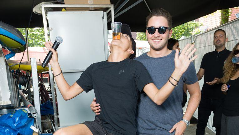 Manager Nathan Moszkowicz (rechts) met rapper Lil' Kleine, die onlangs zijn grote doorbraak beleefde met het nummer Drank & Drugs. Beeld Ivo van der Bent