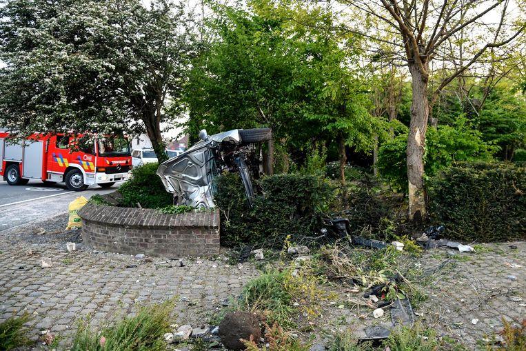 De ravage aan de tuin en het voertuig was enorm.