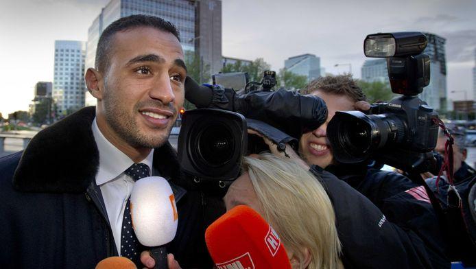 Badr Hari staat de pers te woord bij zijn aankomst bij de rechtbank in Amsterdam