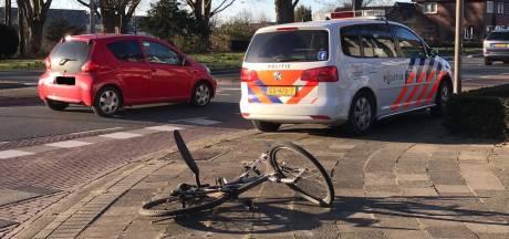 Fietser gewond naar ziekenhuis na botsing met auto in Oldenzaal