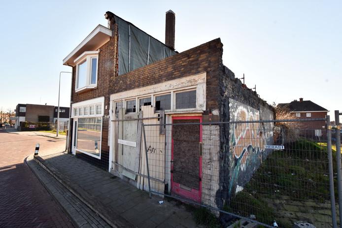 Het huis van Eddie Stikfort is links. Sloop van het pand rechts is gestaakt om verdere schade te voorkomen.