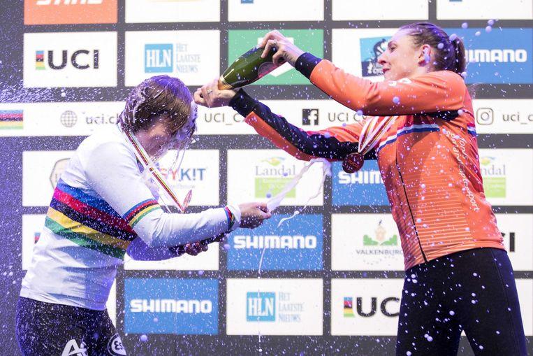 Lucinda Brand (rechts) met winnaar Sanne Cant (links) bij de huldiging. Beeld anp