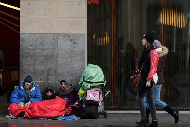 0a97f149503 Tientallen gezinnen met kinderen slapen op straat. Archiefbeeld. Beeld  photo_news