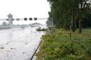 De A28 bij Zwolle raakte bezaaid met takken en regenwater.