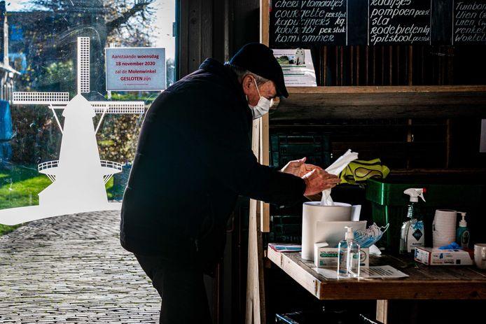 Een stemgerechtigde brengt een stem uit in de Kerkhovense Molen.