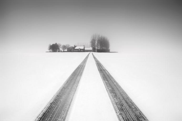 De Zeeuwse fotograaf  Frank Peters is winnaar geworden van de prestigieuze International Photography Awards. Hij werd eerste in de categorie Fine Art Minimalism met twee winterfoto's van Zeeuws-Vlaanderen. Deze foto heet 'House in White'.  Beeld Frank Peters