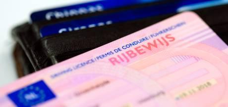 Tilburgse zonder rijbewijs rijdt op zebrapad bijna tegen kinderwagen aan