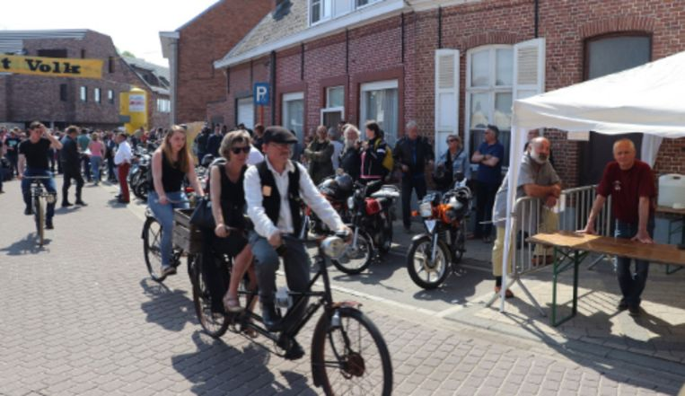 Oldtimers en fietsen op Molekenskermis