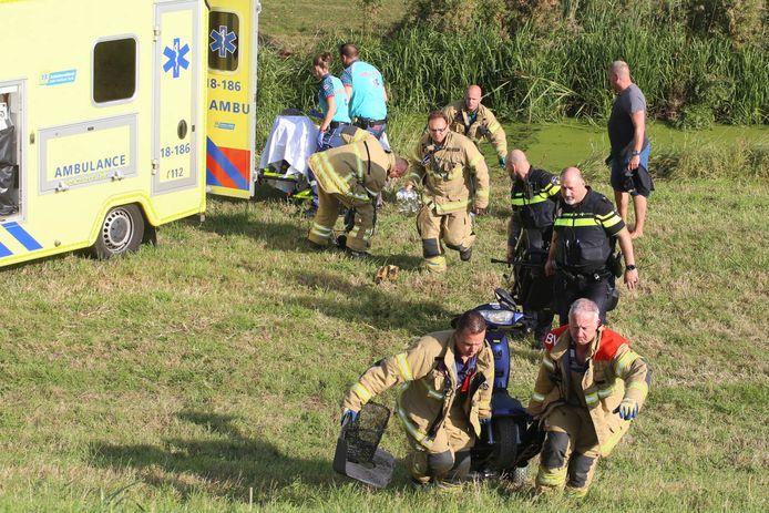 De brandweer redt een vrouw met scootmobiel uit de sloot in Zwijndrecht. Ze was te water geraakt langs de Lindtsedijk.