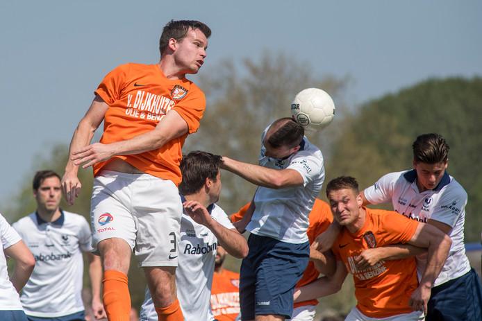 Een Haagse verdediger verlengt de kopbal van Migiel Zeller in eigen doel: 1-0.