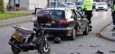 Scooterrijder gewond bij botsing met auto op Bredase kruising