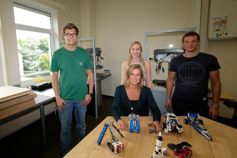 Directrice Dagmar Janssens en enkele leerkrachten in het nieuwe lokaal.
