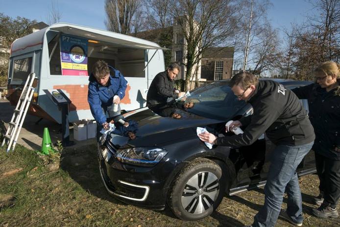 Test met het waterloos wassen van een auto.