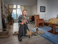 Imke van Deventer geeft kinderen met teckels Soesja en Sarah steuntje in rug