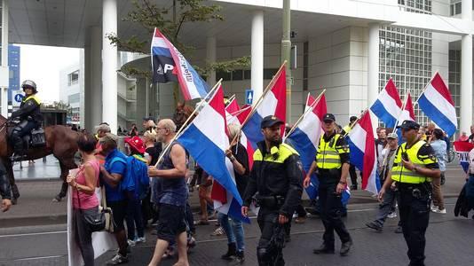 Pegida-demonstranten bij het stadhuis.