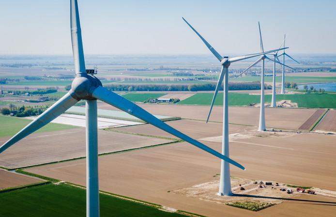 De vijf windmolens van Windpark Spui draaien nu voor het eerst op hetzelfde moment.