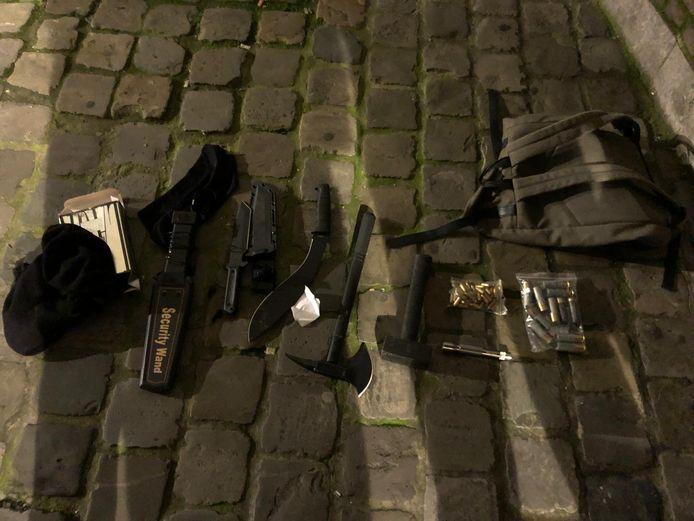 De man had verschillende wapens in zijn tas.