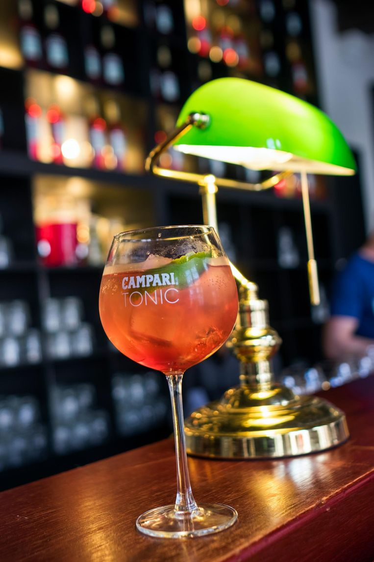 In de cocktailbar serveert met Campari Tonic.