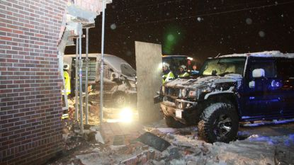 VIDEO. Hummer slipt en knalt gevel van woning binnen