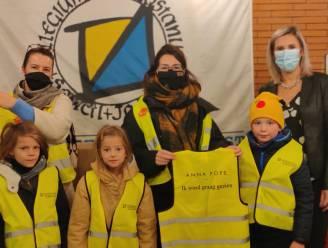 Anna Pops en ouderraad schenken 430 fluohesjes aan leerlingen basisschool SJC Pontstraat