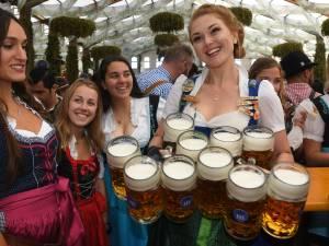 Ein Prosit der Gemütlichkeit! La bière coule à flots à l'Oktoberfest de Munich