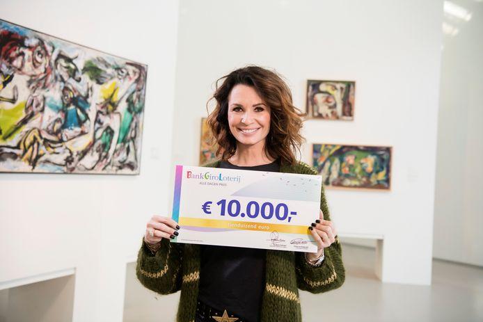 BankGiro Loterij-ambassadeur Leontine Borsato met een cheque van 10.000 euro.