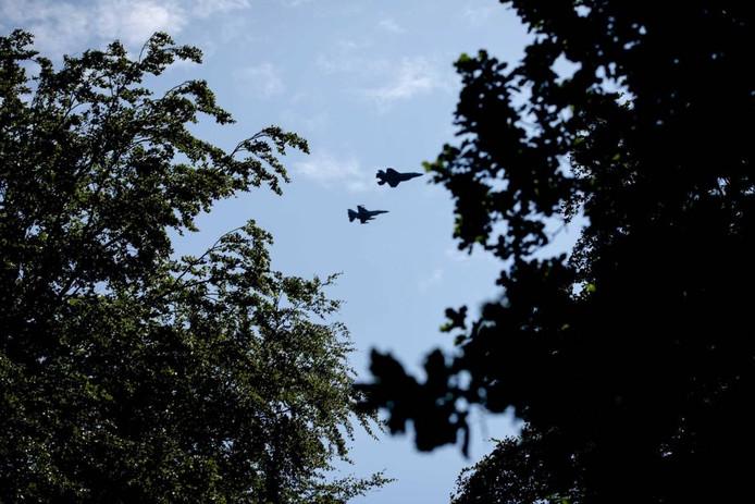 Daar zijn ze! De JSF en een begeleinde F16. Niet bóven Het Loo, maar zo'n honderd meter er vandaan.