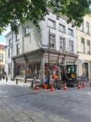 De camerapaal ontneemt passanten vrij zicht op de fraaie pui van de winkel op de hoek van de Veemarktstraat en de St. Annastraat.