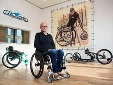 Roger zit in een rolstoel en brengt ze ook aan de man